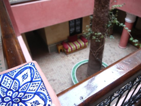 Hotel Cecil Marrakech: View from first floor to downstairs seating area