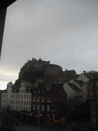Apex City of Edinburgh Hotel: castle view from our room (2nd floor)