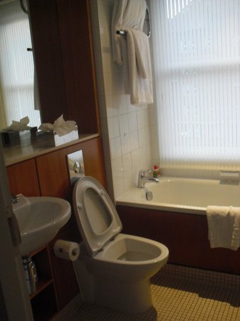 Apex City of Edinburgh Hotel: Bathroom