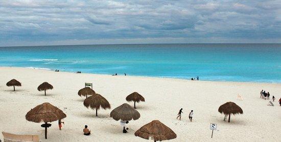 Playa Delfines: Mar de um azul impressionante!