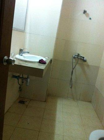 Ta Som Guesthouse: bagno sporco e trascurato