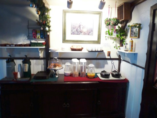Evergreen Inn:                   Skimpy breakfast: no fruit, no yogurt, old pastries