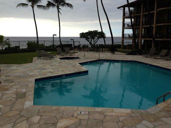 Kona Makai: Ocean front pool and BBQ area
