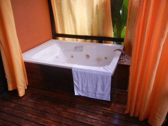 Nayara Resort Spa & Gardens: Jacuzzi on private porch