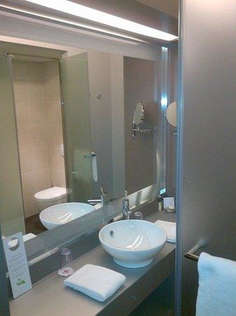 Starling Hotel Lausanne : Salle de bain (douche)