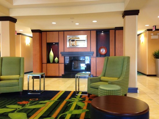 Fairfield Inn & Suites Milledgeville: Front Lobby Area