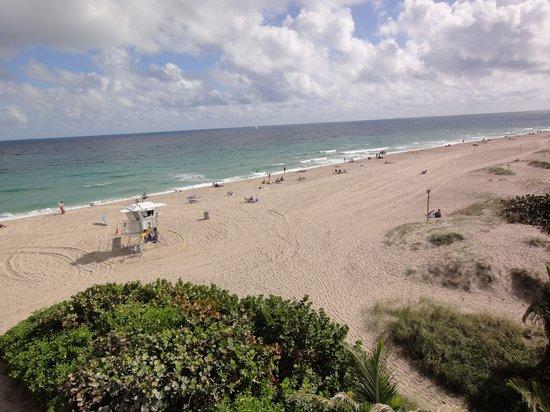Oceans Beach Resort & Suites: Private Beach