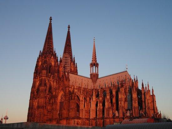 Hotel Mondial am Dom Cologne MGallery by Sofitel: vue sur la cathédrale au petit matin