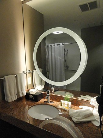 Holiday Inn Amarillo West Medical Center: Lighted/Magnified Mirror in bathroom