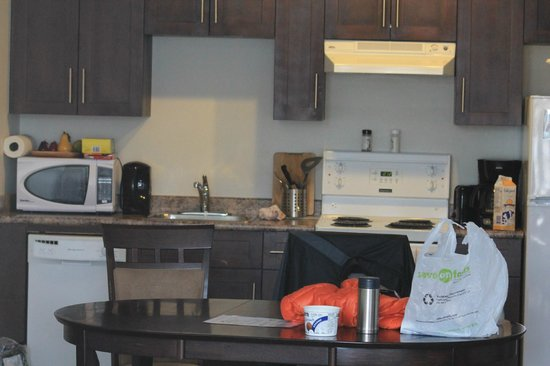 Pemberton Gateway Village Suites Hotel: the kitchen