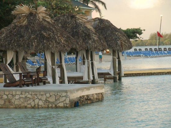 Sandals Royal Caribbean Resort and Private Island: Beach Beds