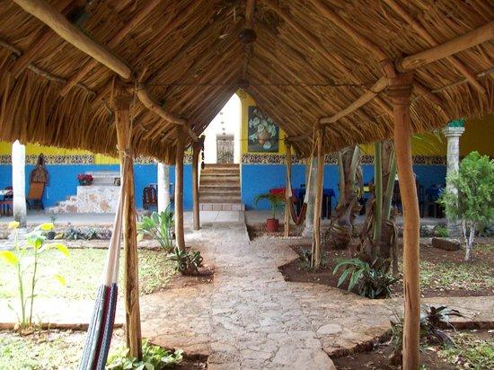 Hotel Tunich Beh: petite cour pour se rendre aux chambres et piscine