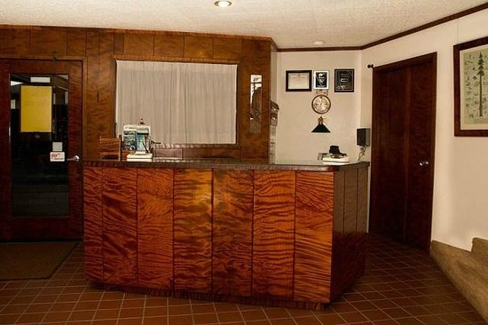 Curly Redwood Lodge: Front Desk