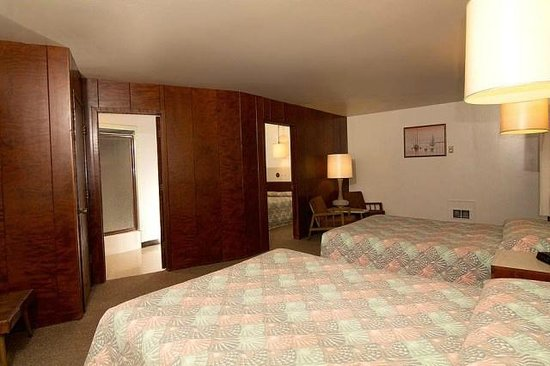 Curly Redwood Lodge: 2-Room Suite