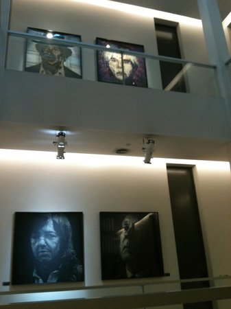 Esplendor Buenos Aires: telas feitas com materias diversos dao aos corredores e hall, um ar moderno 