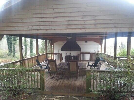 Key Falls Inn: pavilion with firepit.