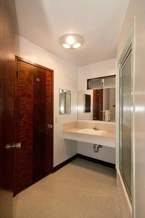 Curly Redwood Lodge: 2-Room suite bathroom