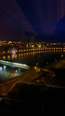 Hilton Belfast: Night shot of the river from our room