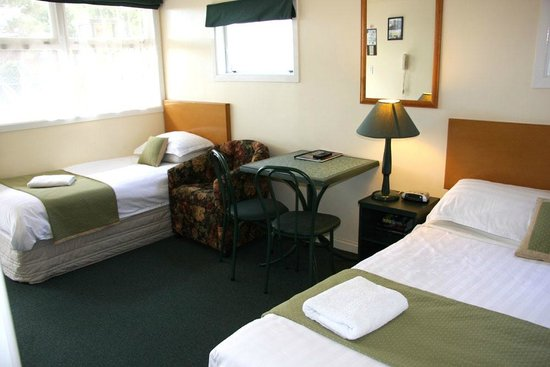 Airport Motel at Rainbow Point: Studio queen bed and single