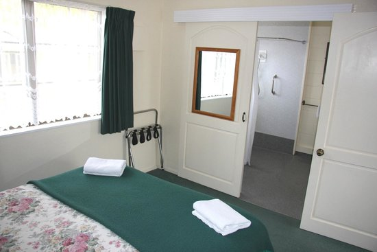 Airport Motel at Rainbow Point : One Bedroom unit bathroom