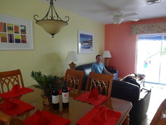 Coral Sands Resort: living room area