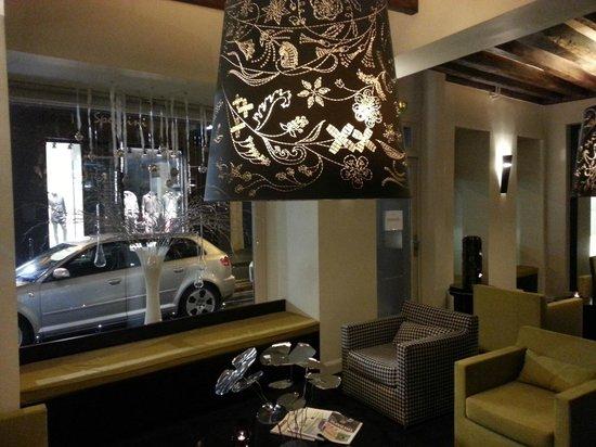 Hotel Duo: Hotel Lobby