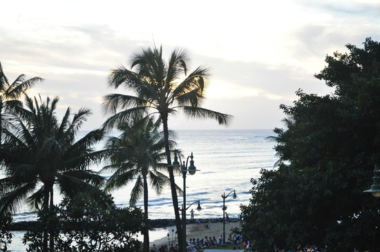 Aston Waikiki Circle Hotel: Balcony view of Waikiki beach at sunset