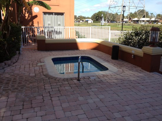 Holiday Inn Express Clearwater East - Icot Center: Jacuzzi in January what a plus!!!!