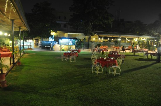 Narain Niwas Palace: Dinner on the lawns