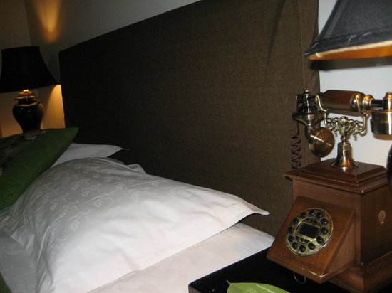 Red Wall Garden Hotel: I loved the telephone!!