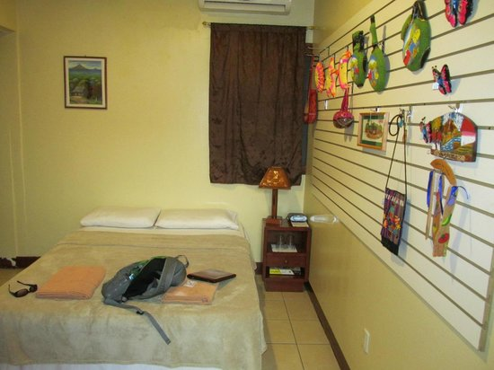Art Hotel Managua: My room. Extremely basic, but nice art!