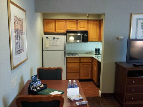 Sonesta ES Suites Cincinnati : Kitchen