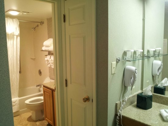 Sonesta ES Suites Cincinnati : Bathroom