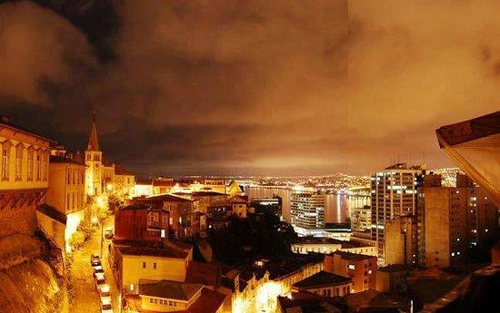 Hotel Fauna: Terraza vista nocturna a Valparaiso