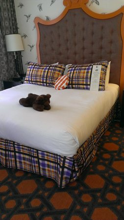 Kimpton Hotel Monaco Portland: teddy waiting on the comfy bed