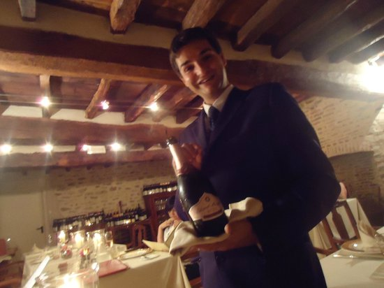 Hotel Castello di Sinio: warm and hospitable restaurant mgr