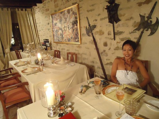 Hotel Castello di Sinio: table for one