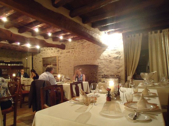 Hotel Castello di Sinio: rustic and elegant dining room
