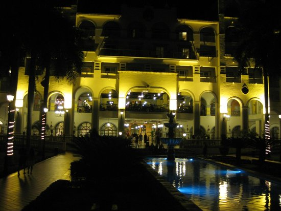 ClubHotel Riu Jalisco: The main grounds at night
