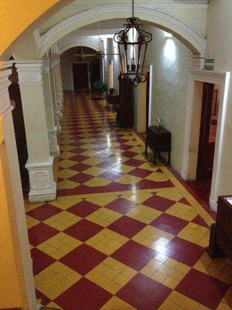 La Perla Hotel: Hallway