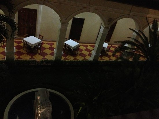 La Perla Hotel: View from 2nd floor to courtyard/eating area.