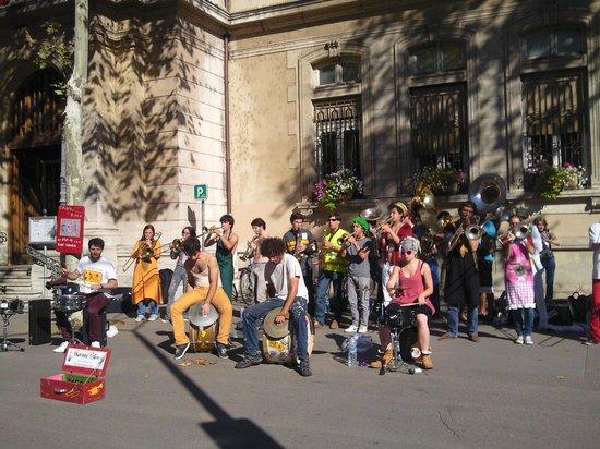 Croix-Rousse: Музыка слышна и на рынке