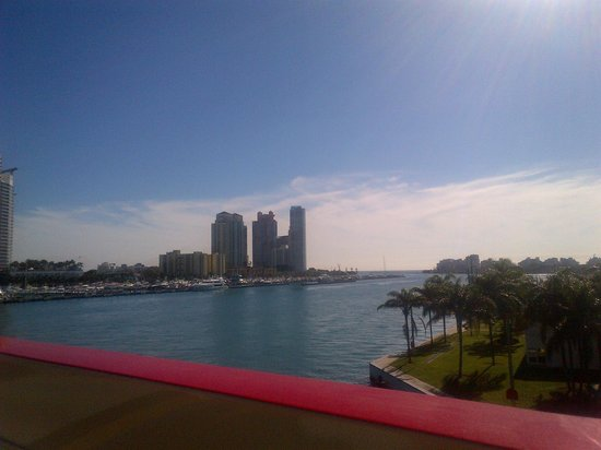 Gray Line Miami Hop on Hop off Bus : a very wealth area on this famous island