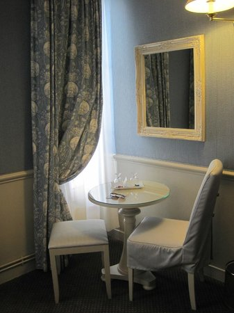 Hotel du Champ de Mars:                   Little corner of our room