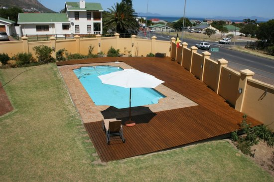 Cap Ou Pas Cap Guesthouse: swimming pool with wooden deck