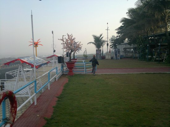 Hotel Jazira: Restaurant area/ Garden in the morning