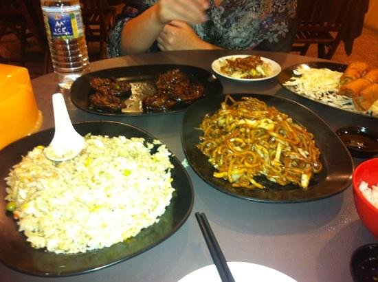 Moon Bell Restaurant: Fried rice, eggplant, fried noodles, spring rolls