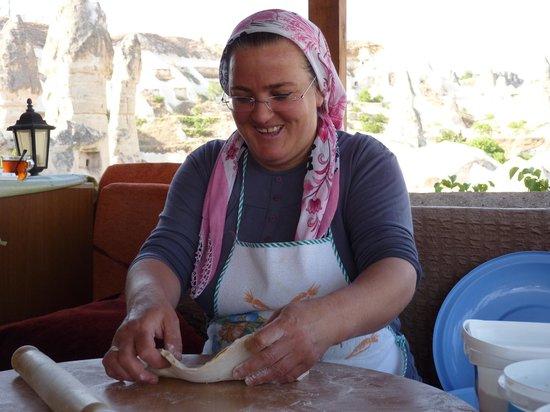 SOS Cave Hotel: 朝ご飯は毎日手作り。カッテージチーズとほうれんそう入りのおやき?