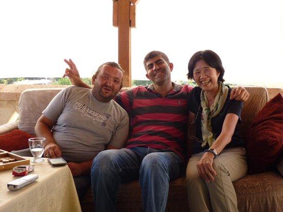 SOS Cave Hotel: オーナーさんとトラさんと母