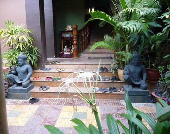 Tanei Boutique Villa: stairs to upper rooms